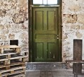 דלת עתיקה במתחם התחנה