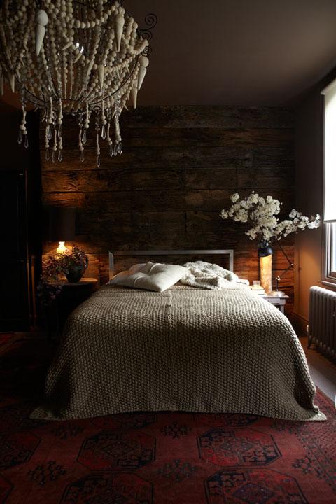 חדר שינה עם קירות בצבע אפור כהה