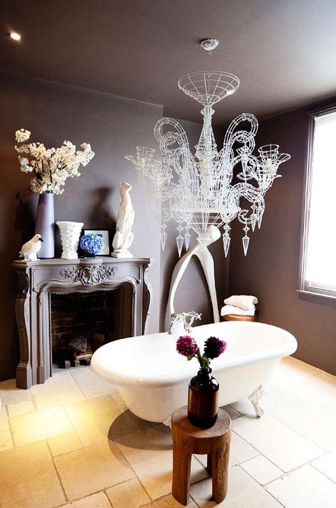 גלאם וקירות אפורים באמבטיה | צילום: Todd
