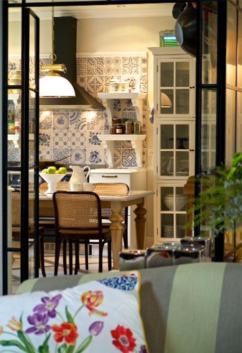 עיצוב שכבתי, מהאריחים בכחול-לבן, המשך בכיסאות בסגנון סבנטיז וכלה בצמחייה   צילום: איתי סיקולסקי