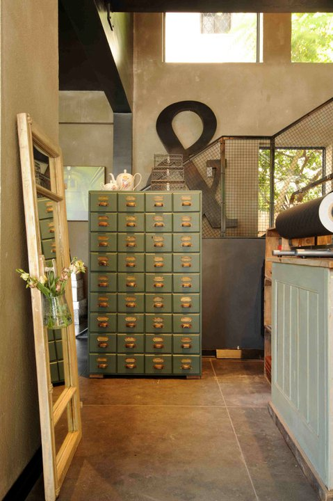 ארון מגירות, שידת מגירות גבוהה, ארון מגירות גבוה מעץ, ארון עץ בצבע ירוק, ארון וינטאג,
