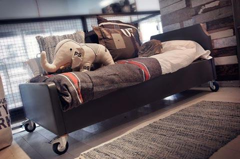 מיטת נוער על גלגלים, מיטת מעבר בסגנון וינטאג', רהיטי וינטאג' לילדים, מיטה עם גלגלים, רהיטי ילדים בסגנון תעשייתיף מיטת נוער שחורה,