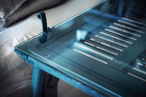 שולחן עשוי מתריס, מה עושים עם תריס ישן, שולחן עץ בצבע טורקיז,