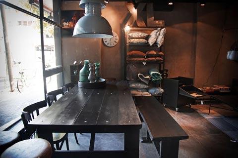 שולחן אוכל שחור, שולחן אוכל מעץ בעבודת יד, שולחן עץ בהזמנה, איפה קונים שולחן אוכל בתל אביב,