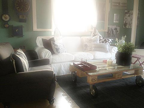 איך בונים שולחן קפה, מה אפשר לבנות ממשטחי עץ, שולחן קפה ממשטחי עץ עם גלגלים, שולחן קפה על גלגלים,