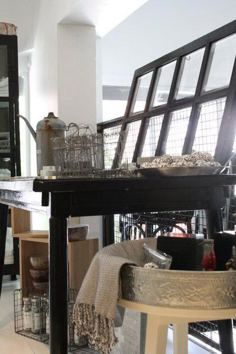 שולחן תצוגה נפתח מעץ עם רשת בעיצוב אדם גזלה להשיג באחוזת בית 1 תל אביב