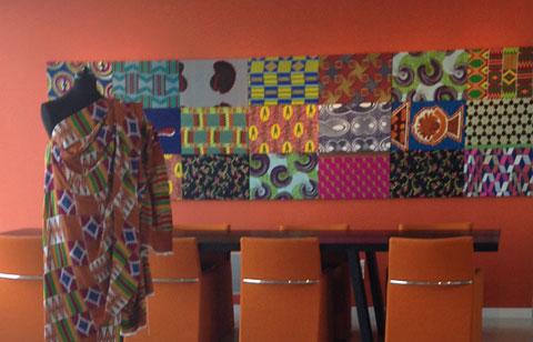 בדי בטיק מתוחים על קנבס, תערוכה במשרד, הדפסים אפריקאיים בישאל,