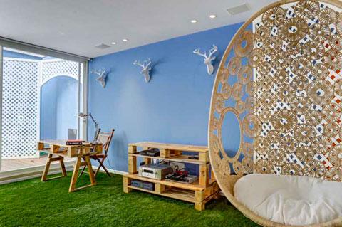 ריהוט קש ועץ ושטיח דשא מקנים לסלון הרגשה של חוץ