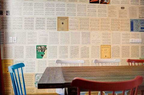 טפט קיר עשוי מדפי תווים שנמצאו בשוק הפשפשים ביפו