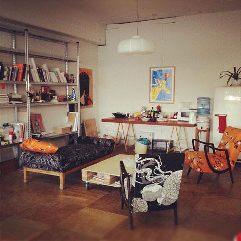 הסטודיו- סלון מציאות מרופד בבדי איקאה