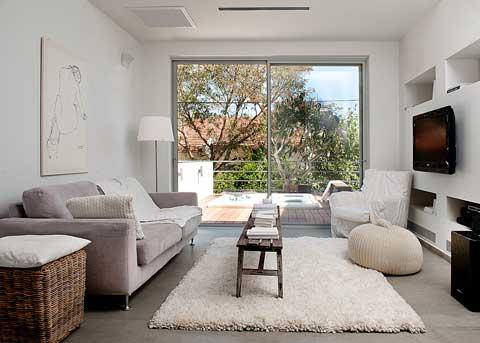 סלון מעוצב עם ספה אפורה ושטיח שאגי סטיילינג רינת ארביב אברמוביץ