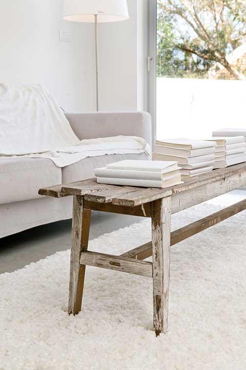 הום סטיילינג שולחן קפה מעץ, שטיח שאגי וספה אפרפרה. סטיילינג רינת ארביב אברמוביץ