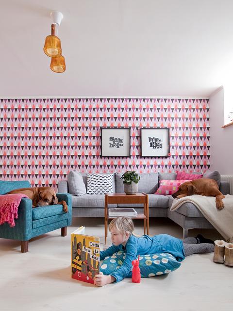 חדר ילדים עם טפט צבעוני משולשים
