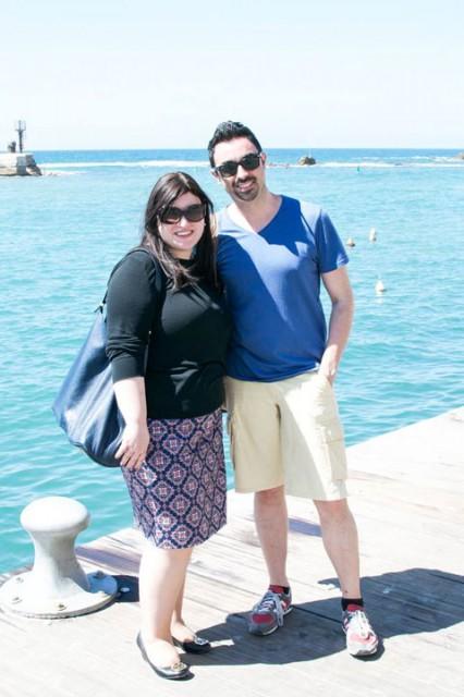 איגור ואני על רקע נמל יפו התכול, בין תחנה לתחנה בסיור העיצוב התל אביבי